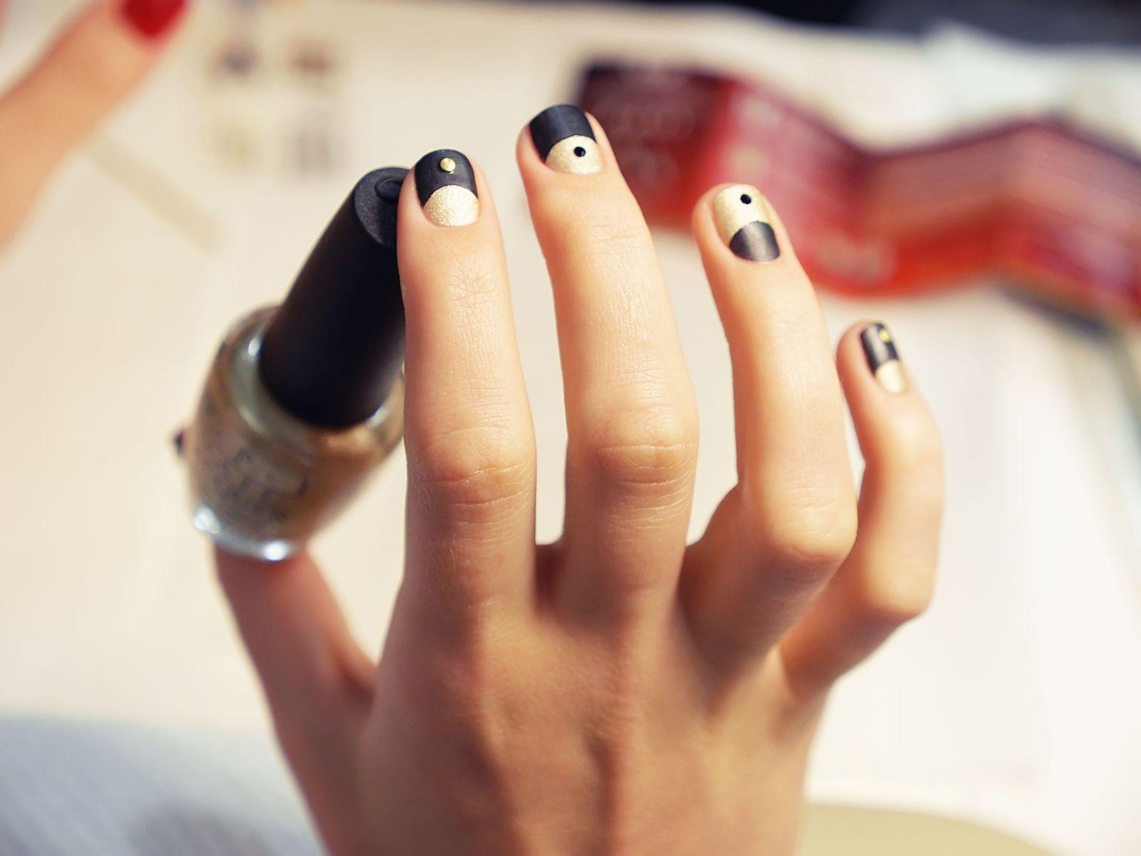 Рисунок инь и янь на ногтях фото